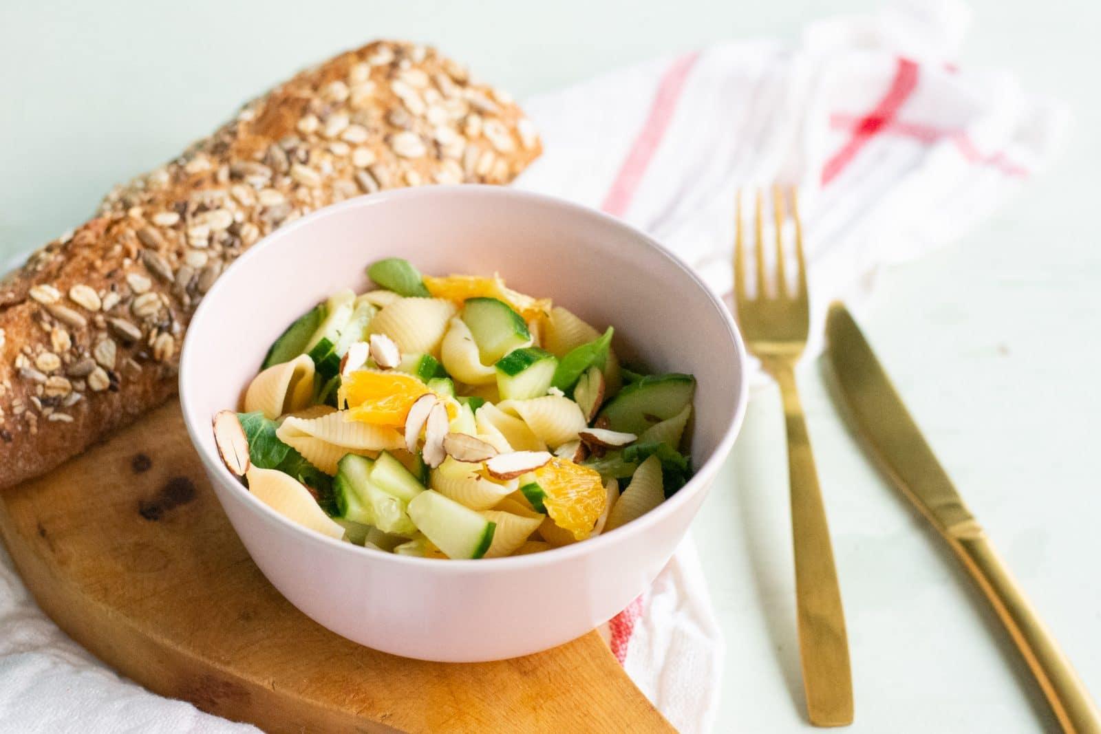 Slaatje van komkommer en sinaasappel met vinaigrette en bio stokbrood